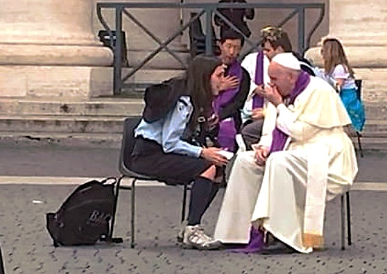 El Papa confiesa a una scout