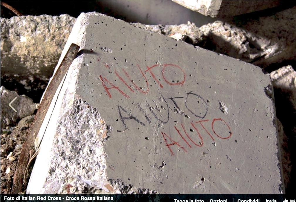 La palabra 'Ayuda' escrita en unos bloques de un muelle donde llegan los inmigrantes - Foto Cruz Roja Internacional