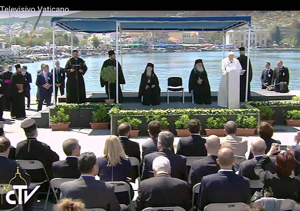 El Papa dirige unas palabras en el puerto de Lesbos