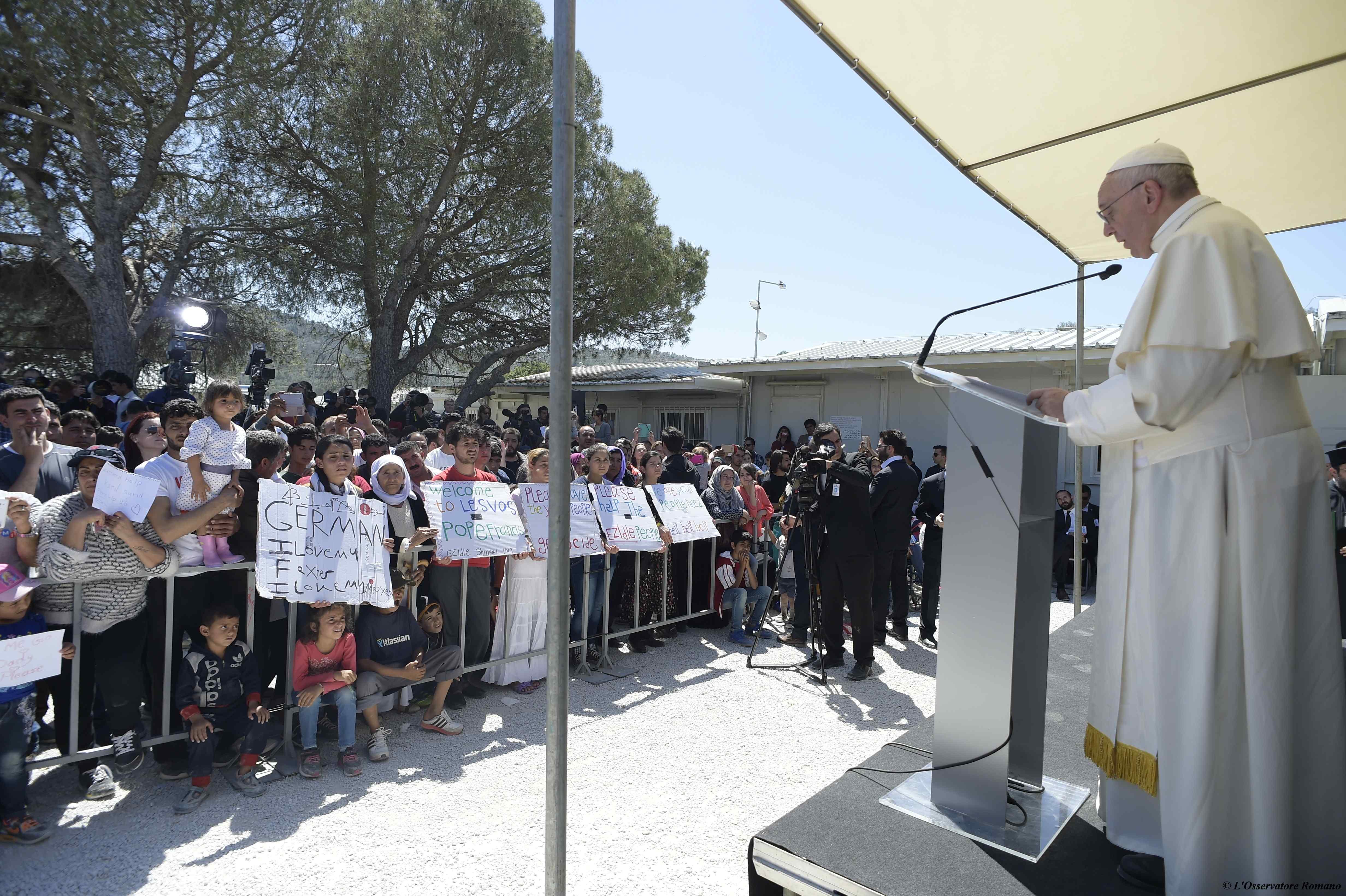 Viaje Lesbo, el Papa habla con los refugiados del campo de Moria @Servizio Fotografico - L'Osservatore Romano
