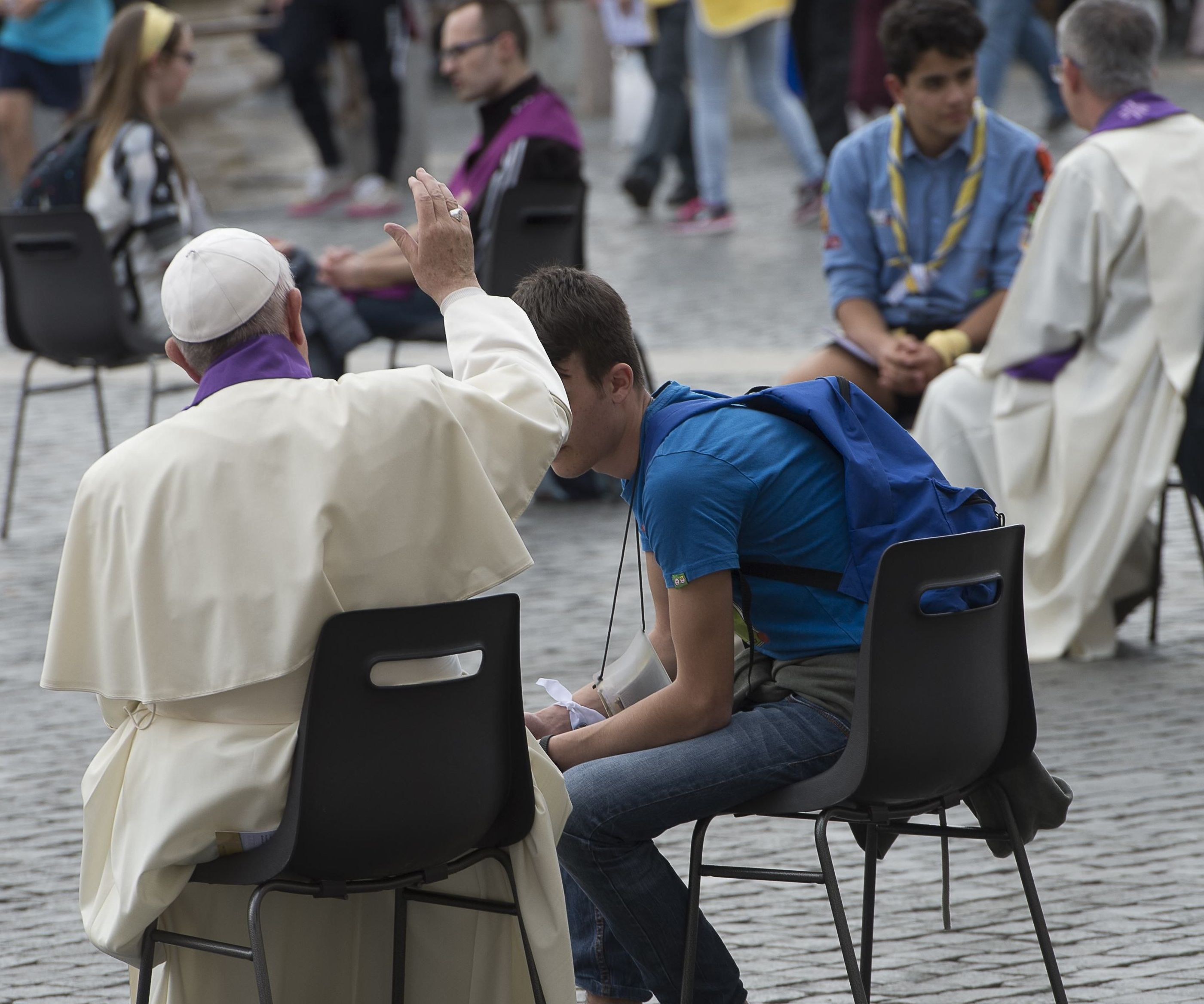 El Papa confesando a muchachos