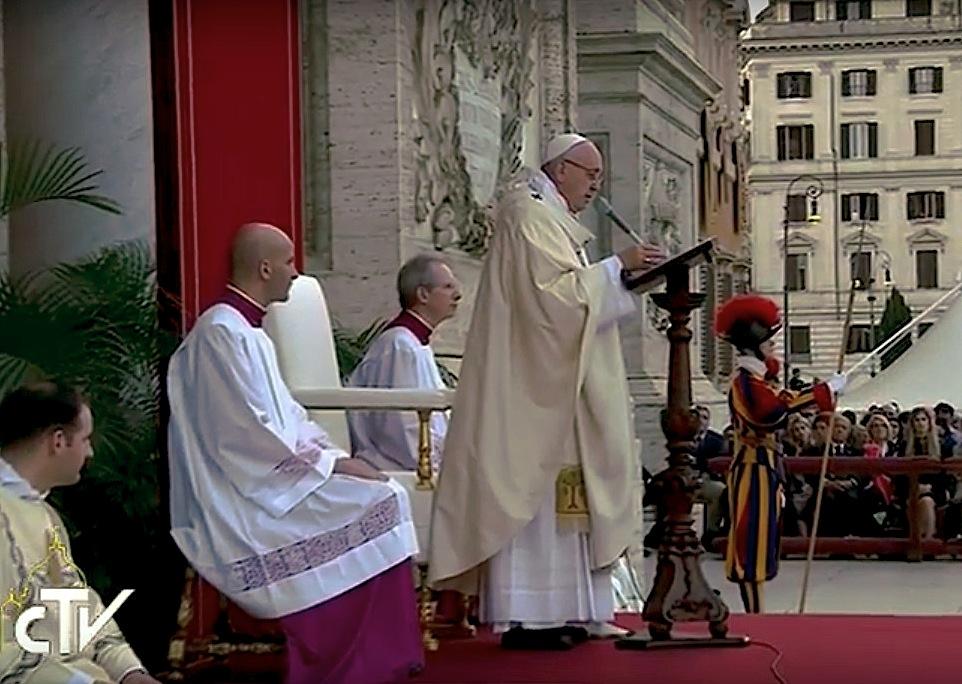El papa Francisco durante la celebración de Corpus Christi en la basílica romana de San Juan de Letrán