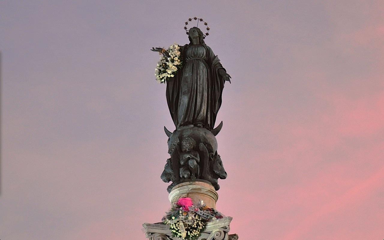 Estatua de María en la columna de Plaza de España, en Roma (ZENIT cc)