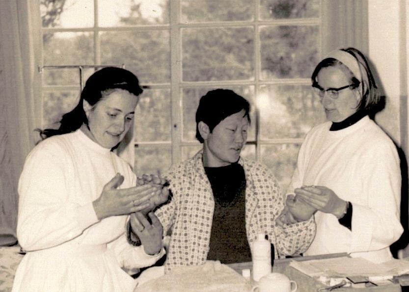 Sor Marianne y sor Margaret curando los enfermos de lepra (Foto cortesía Asia News)