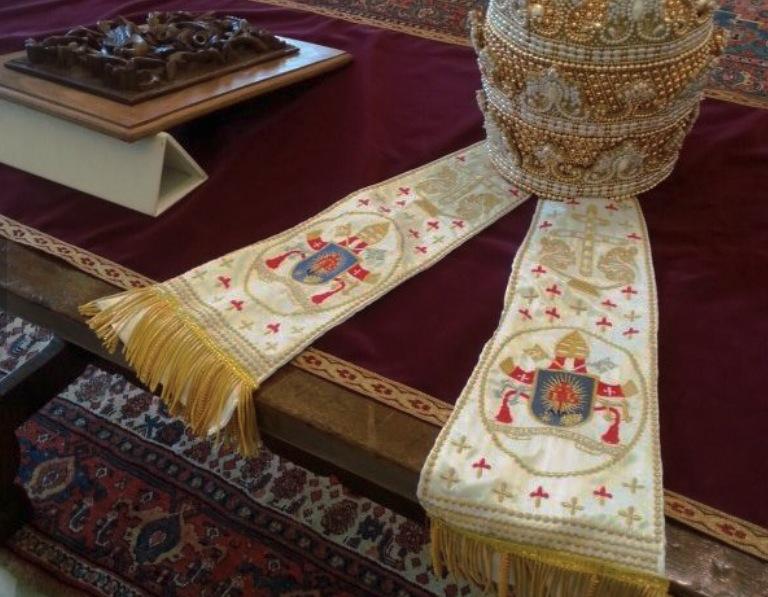 Le regalan al Papa una tiara bordada por las monjas de un convento