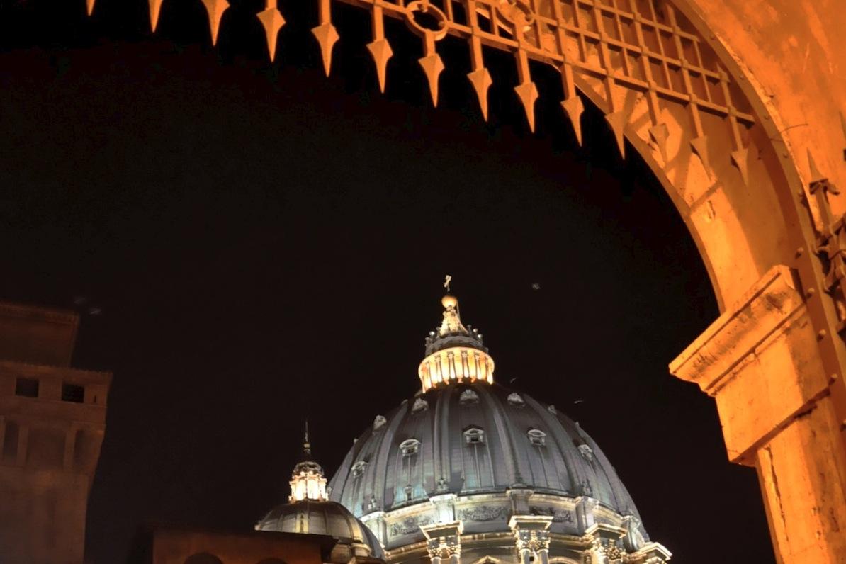 La cúpula de San Pedro vista desde un patio interno de los jardines del Vaticano (Foto ZENIT cc)