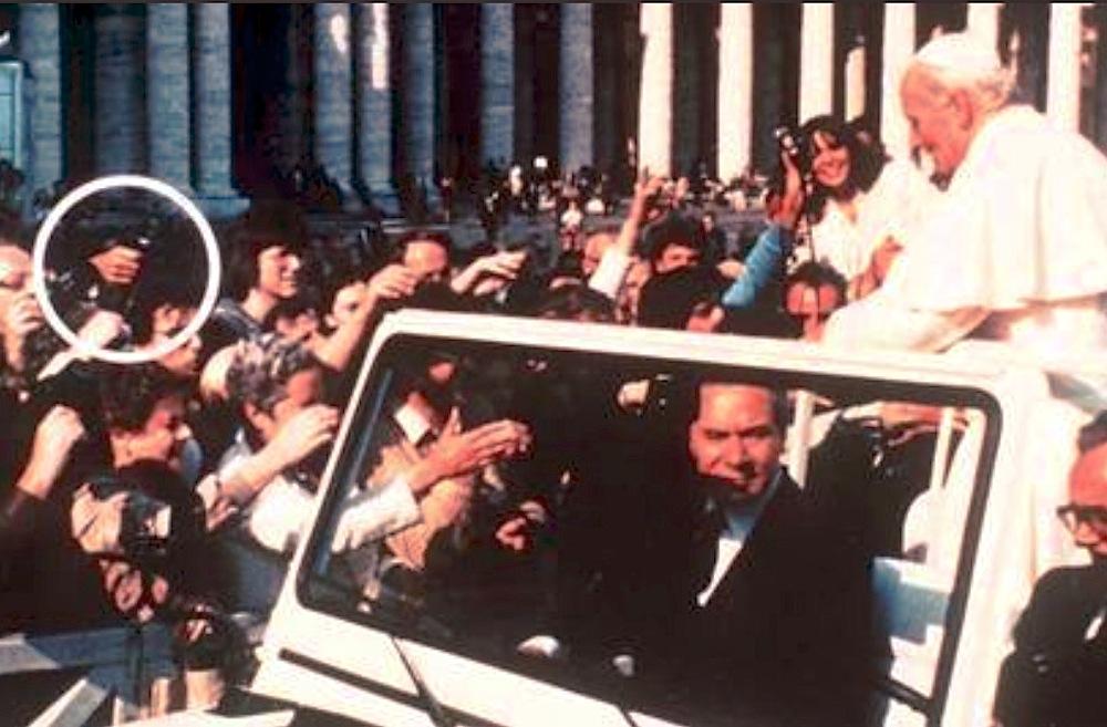 Atentado a Juan Pablo II. En el círculo la mano con la pistola