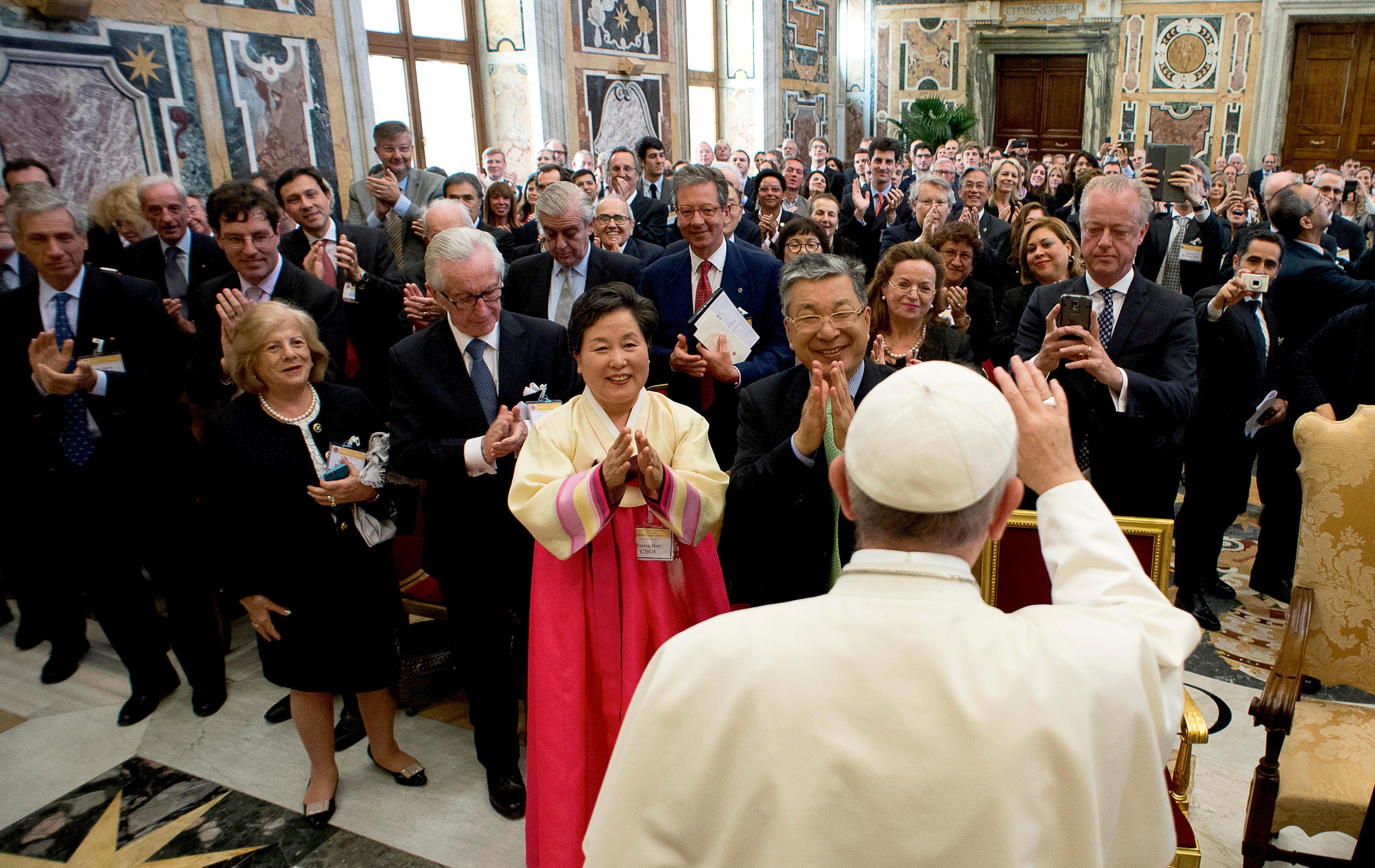 Francisco recibe a los integrantes de la Fundación Centessimus Annus (Foto © Osservatore Romano)