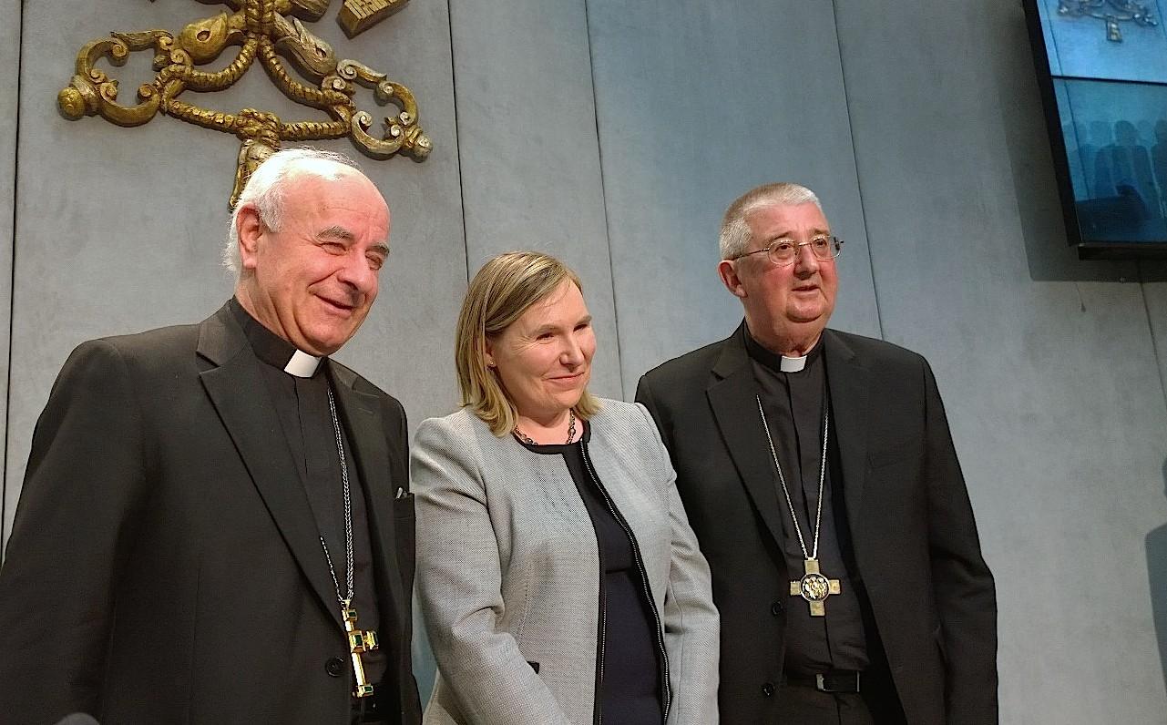 Mons. Paglia, el arzobispo Martin, y la embajadora de Irlanda, Emma Madigan (Foto ZENITcc).
