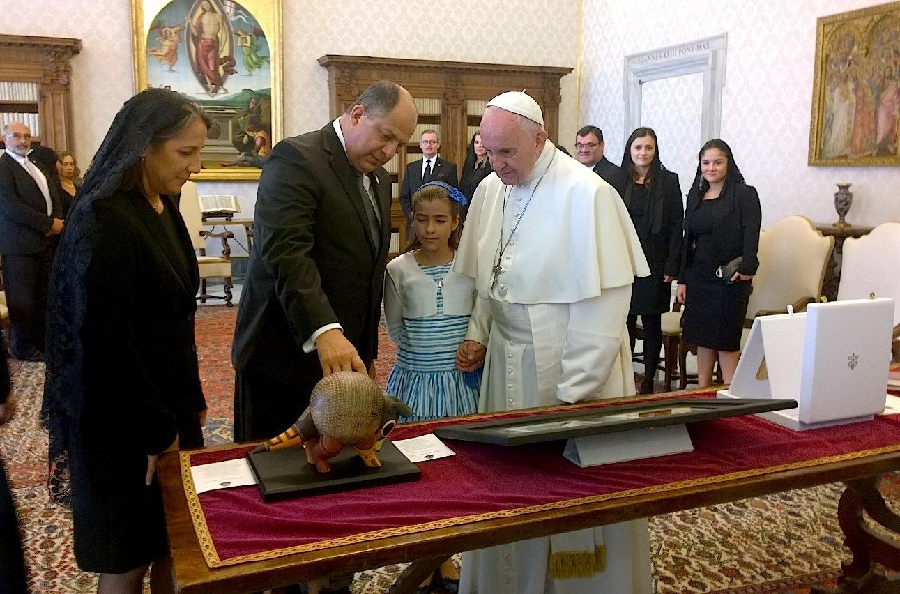 El presidente Costa Rica Solís Rivera le entrega los dones al Papa