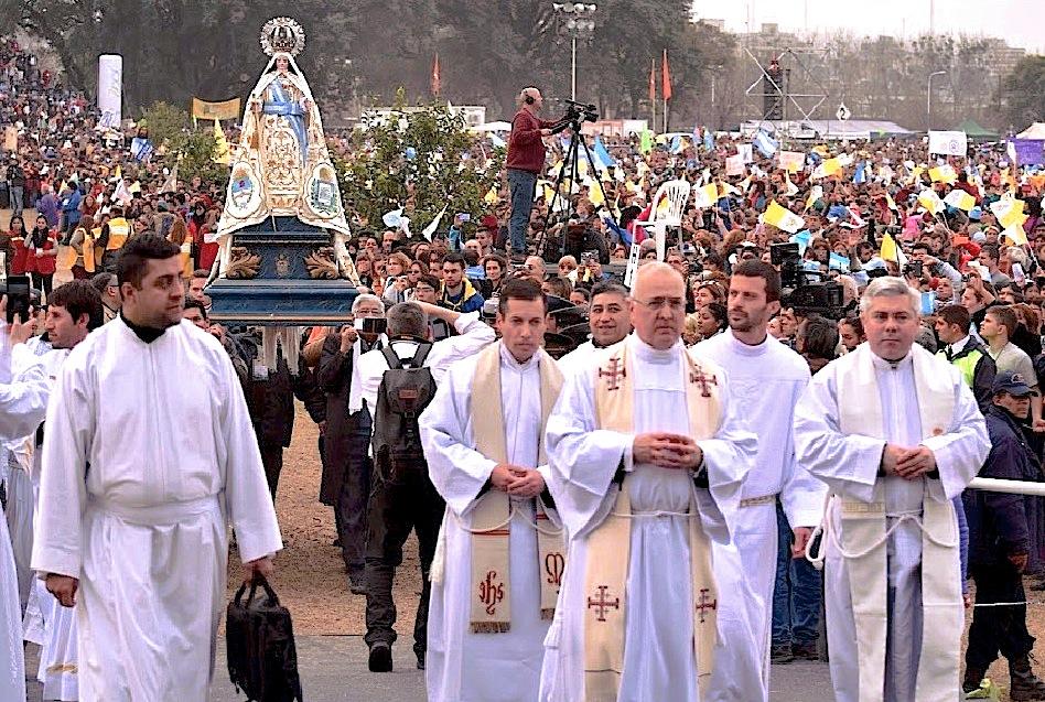 Procesión en el XI Congreso Eucarístico en Tucumán
