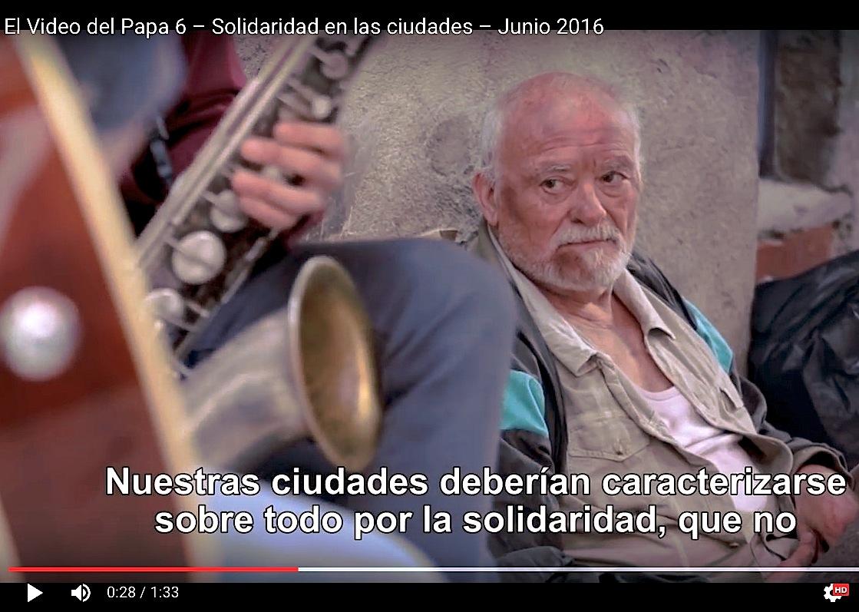 El 6° video del Papa pide solidaridad en las urbes hacia ancianos marginados y enfermos.