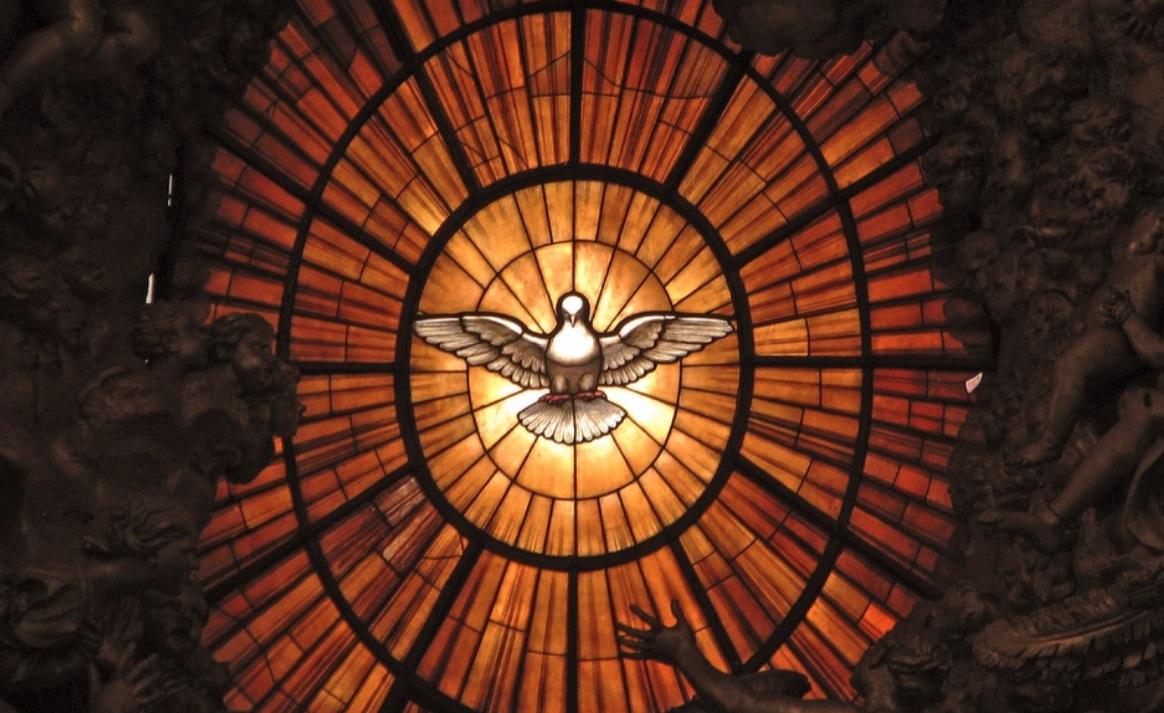 Espiritu Santo, vitral del altar de la cátedra de san Pedro, en el Vaticano