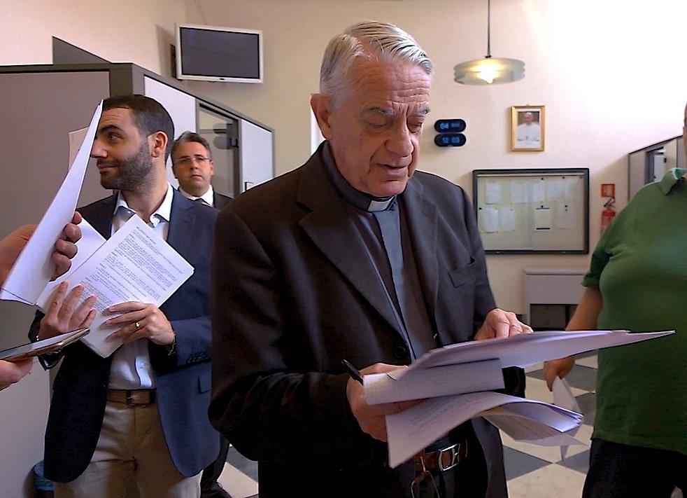 El portavoz del Vaticano, el padre Lombardi entrega la nueva Carta Apostólica (Foto ZENIT cc)