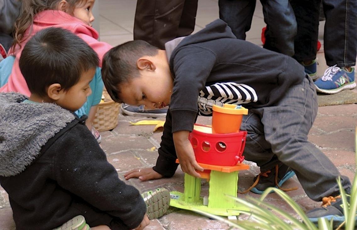 Niños migrantes juegan en Tijuana, en un centro de los salesianos, mientras esperan los documentos (Foto Ans)