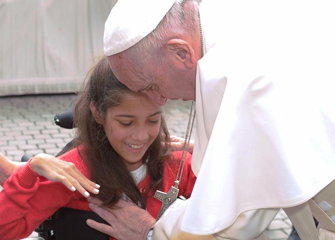 El Papa bendice a una niña