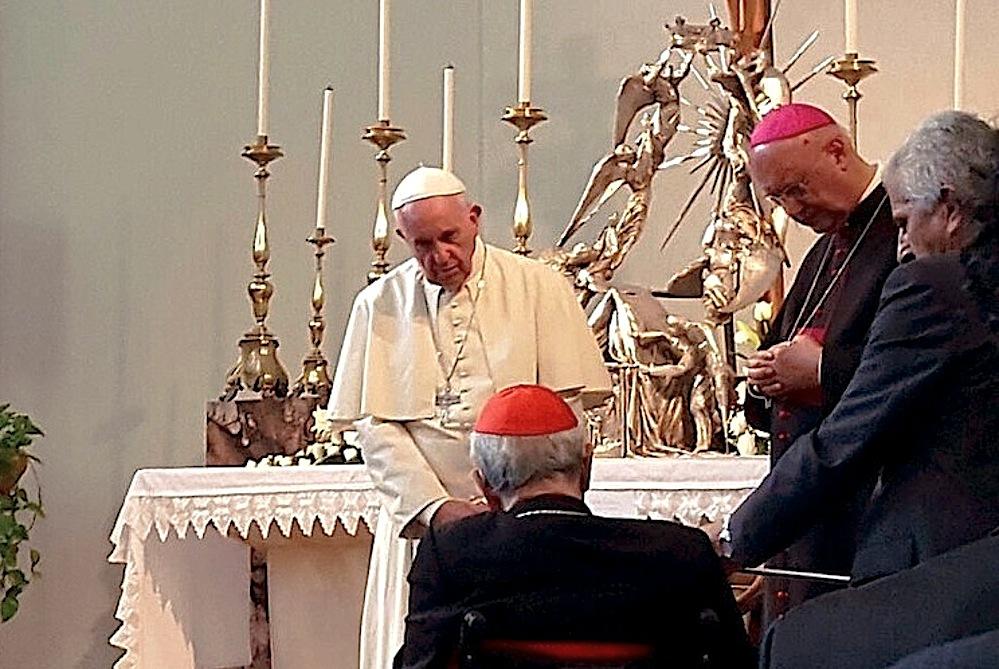 El Papa saluta al card. Silvestrini, en su visita a Villa Nazaret (Foto ZENIT cc).