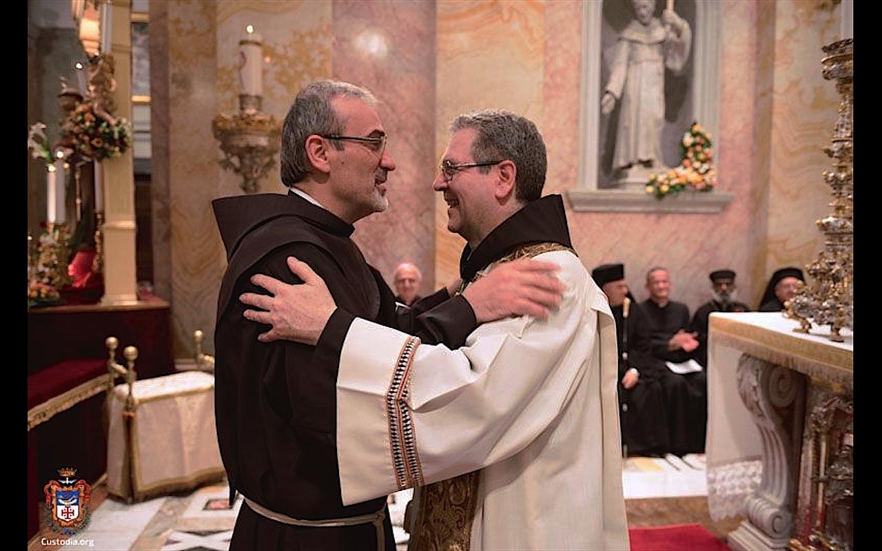 Los Franciscanos Piazzaballa y Patton se abrazan al darse el cambio como Custodios de Tierra Santa