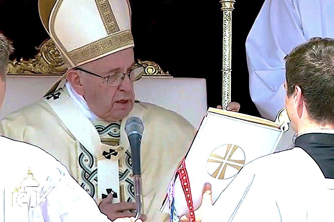 El papa Francisco proclama a los dos nuevos santos durante la misa en la Plaza de San Pedro