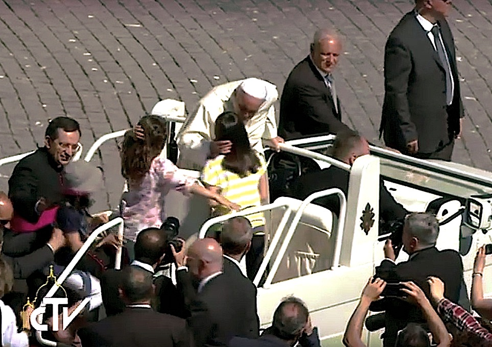 El papa Francisco en la audiencia del sábado, saluda a niños y les hace subir en el jeep