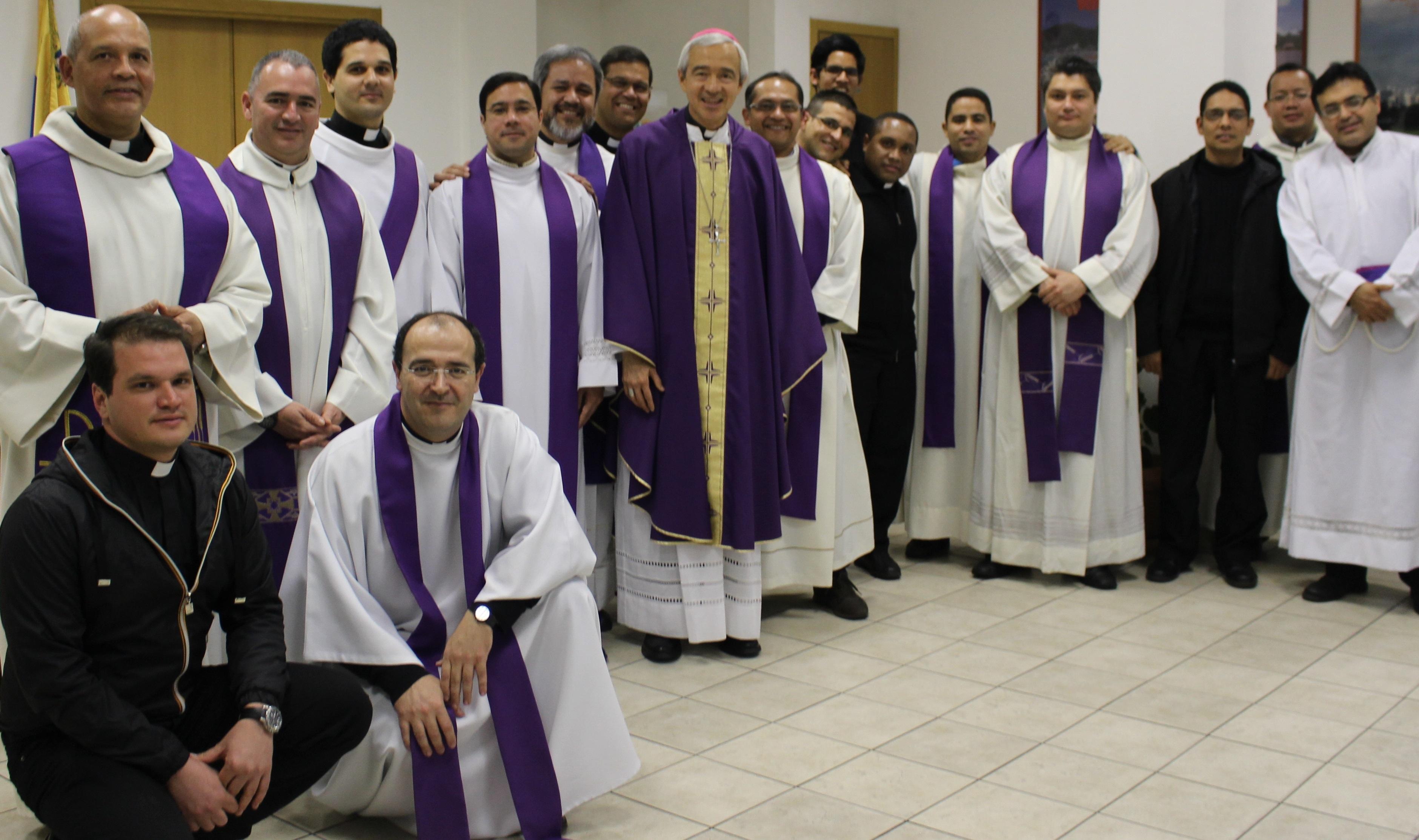 Colegio venezolano en Roma, junto a Mons. Jorge Patron Wong (foto archivo CVR)