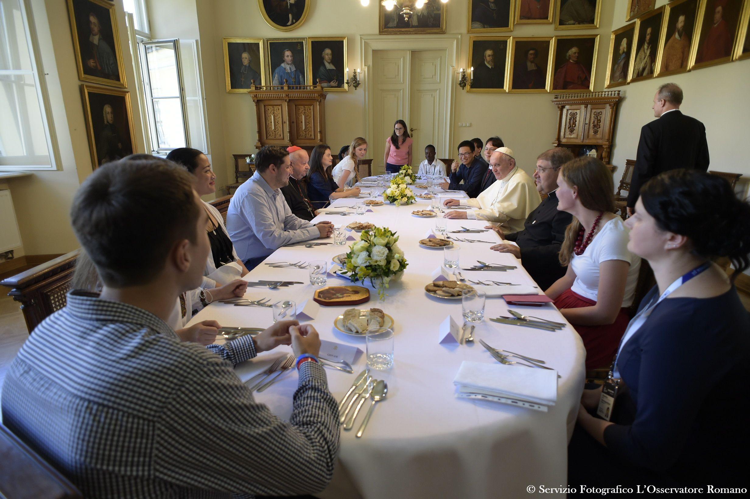 El Papa almuerza con un grupo de jóvenes de la JMJ de Cracovia (Oss. Romano © Photo.va) 30-07-2016 @Servizio Fotografico - L'Osservatore Romano