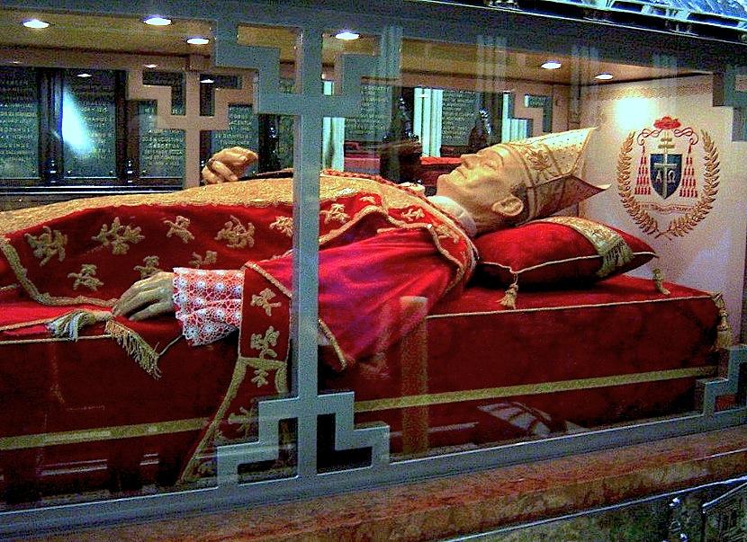 Alojzie Stepinac, arzobispo de Zagreb, fue ordenado cardenal mientras estaba preso por el régimen de Tito. Su tumba está en la catedral de Zagreb (Wiki commons)
