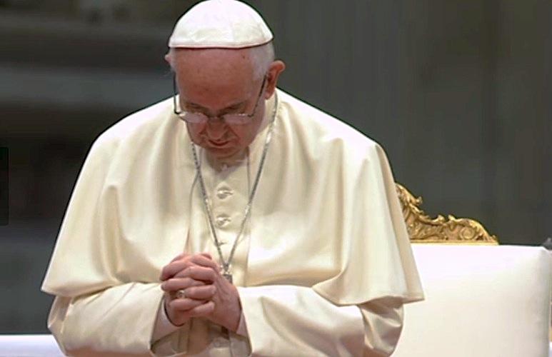 El Papa en oración