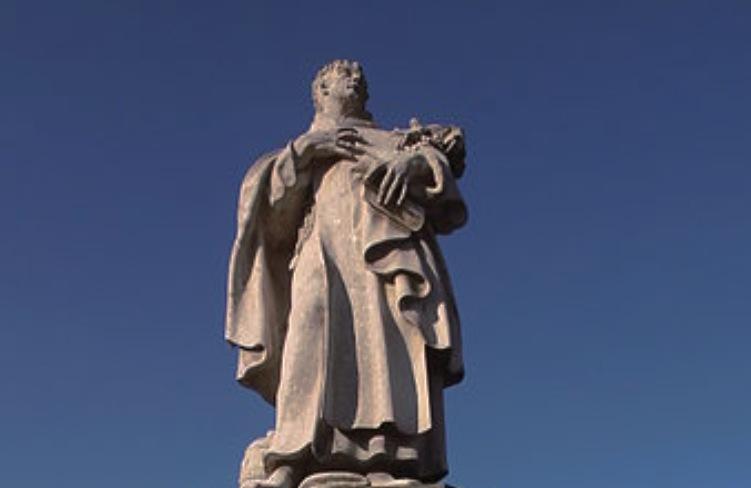 Estatua de San Felipe Benizi en el puente de San Carlos (Wiki commons)