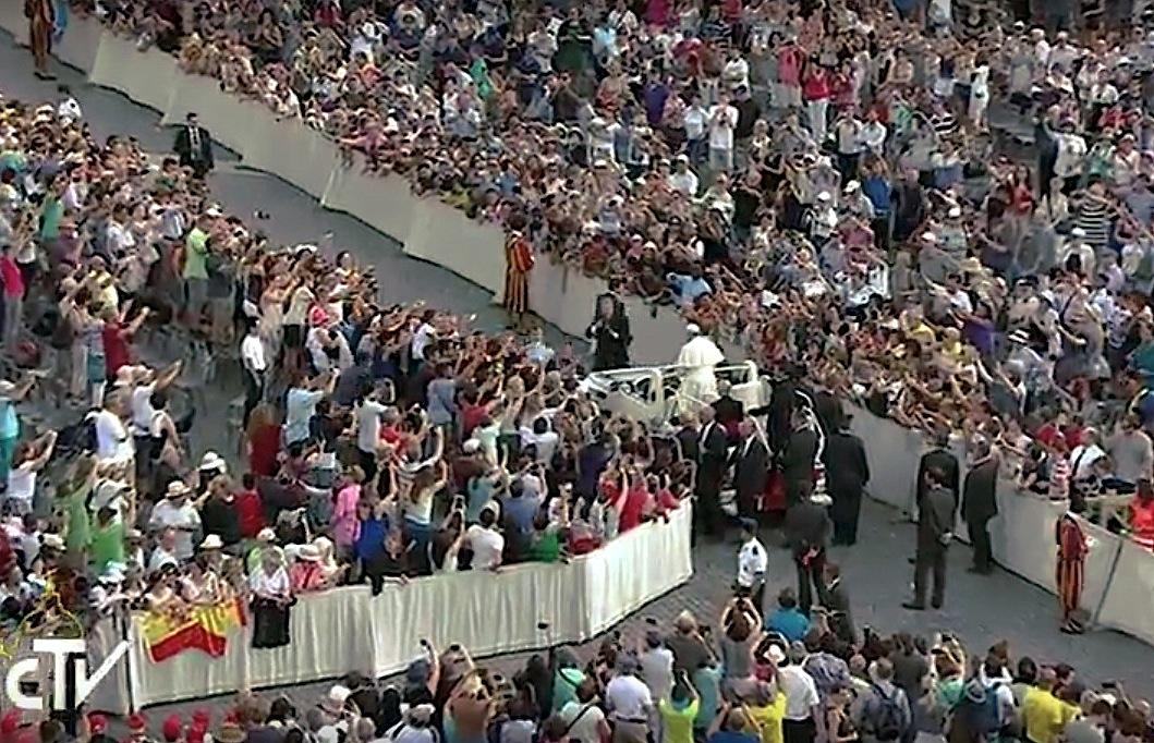 En Papa ingresa en la plaza de San Pedro, en la audiencia del 31 de agosto de 2016. (F0t0 © CTV),