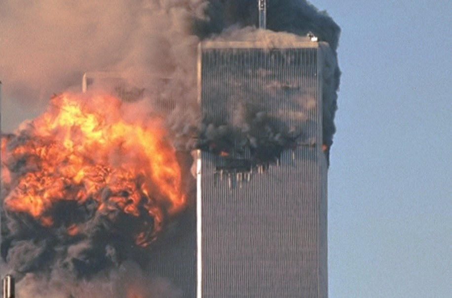 El segundo avión se estrella contra las Torres gemelas, el 11 de septiembre de 2001 (Foto Wiki commons - Robert on Flickr cc)
