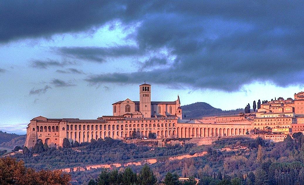 El Sacro convento en Asís (Wiki commons - Roberto Ferrari cc)