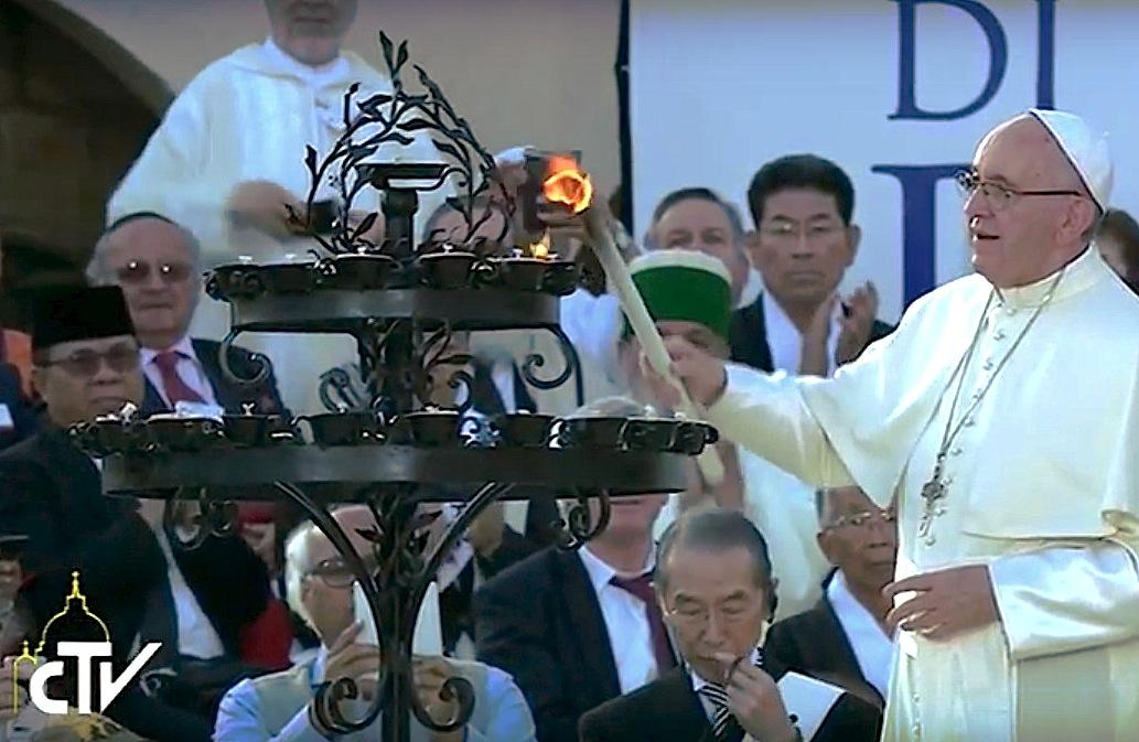El Papa en Asís enciende el candelabro símbolo de la Paz