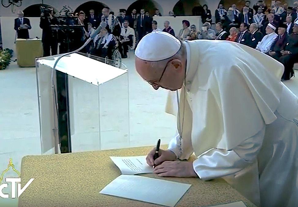 En el enciento de Asís, el Papa firma la declaración final
