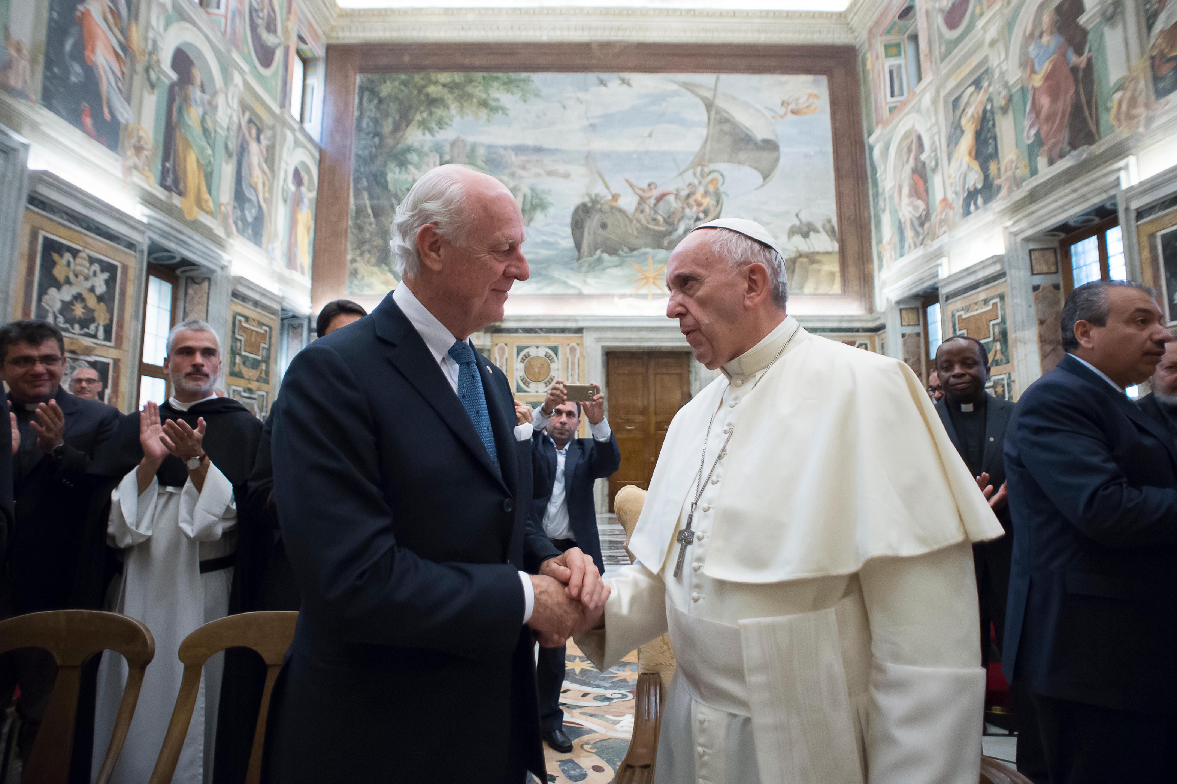 El Papa con Staffan Demistura enviado de la Onu en Siria. (Foto Osservatore Romano©)