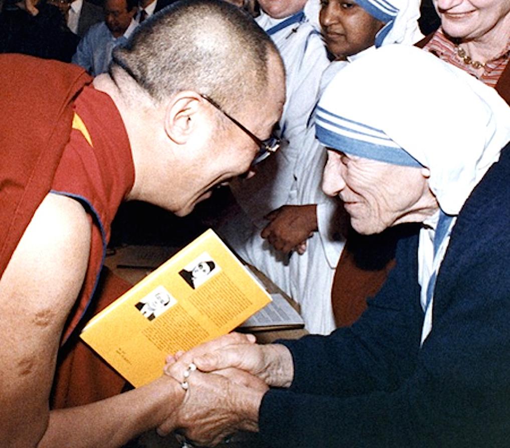 El Dalai Lama se encuetra con Madre Teresa (Foto © asianews)
