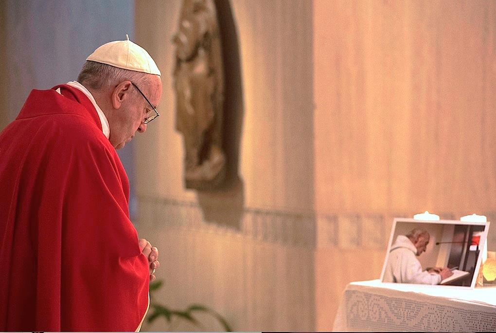 La foto del padre Hamel sobre el altar de Santa Marta (Foto © Osservatore Romano).-