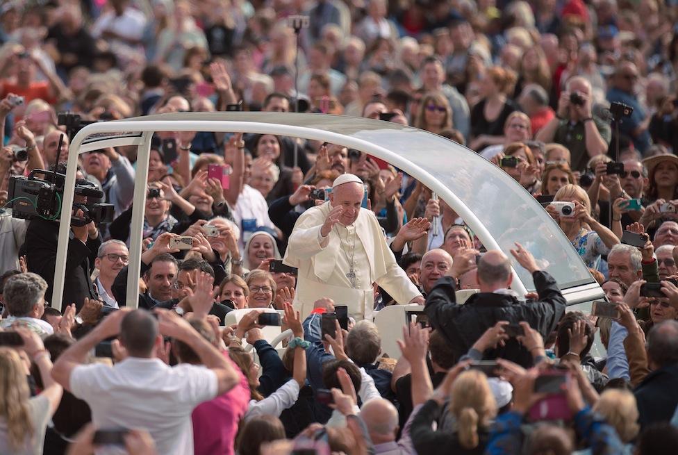 El papa Francisco saluda a los presentes antes de la audiencia general del miércoles 21 de septiembre 2016 (Osservatore Romano ©)