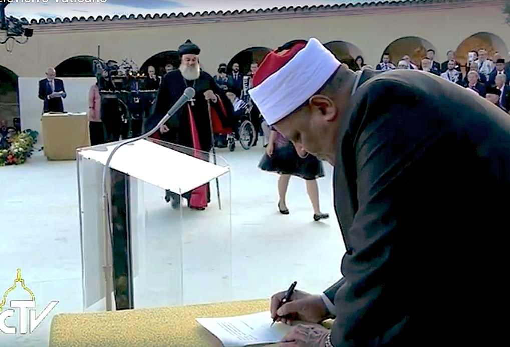 El imán Abba Shuman de la U. de Al Azhar firma en Asís el Llamamiento de Paz
