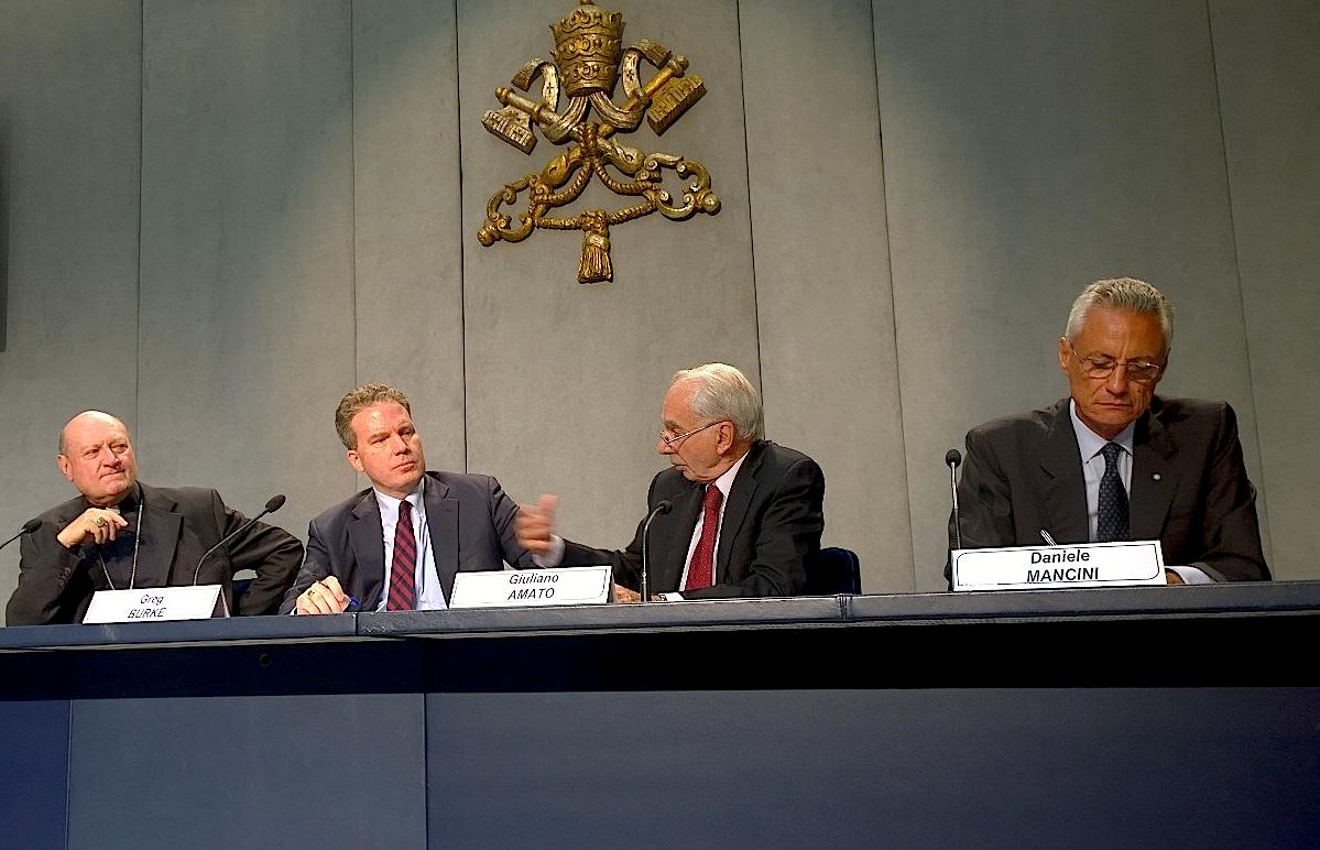 Presentación del congreso 'Hacia una economía más humana y justa'. Card. Ravasi, Greg Burke, Giuliano Amato y Daniele Mancini