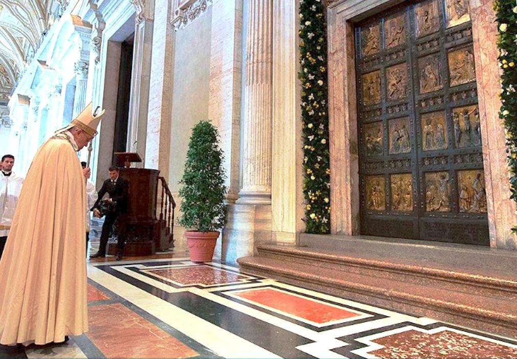 El Papa abre la Puerta Santa en la basílica de San Pedro por el Jubileo de la Misericordia (Foto © Osservatore Romano)