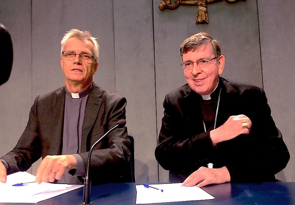 El cardenal Kurt Koch y el Rev. Martín Junge durante responden en la Sala de prensa (Foto ZENIT cc)