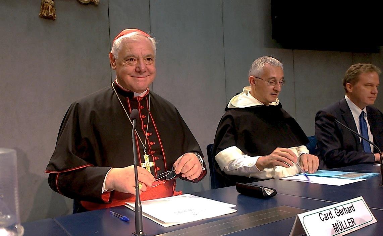 El cardenal Muller en la sala de prensa (Foto ZENIT cc)