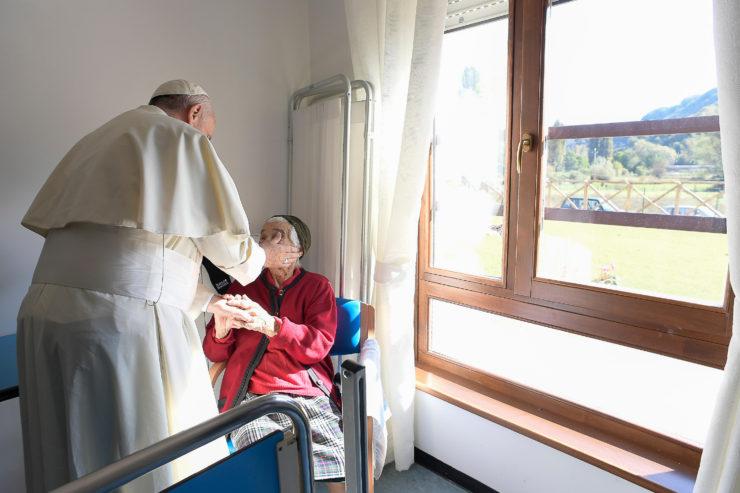 El Papa con los terremotados visita una residencia de ancianos no autosuficientes (Osservatore Romano©)