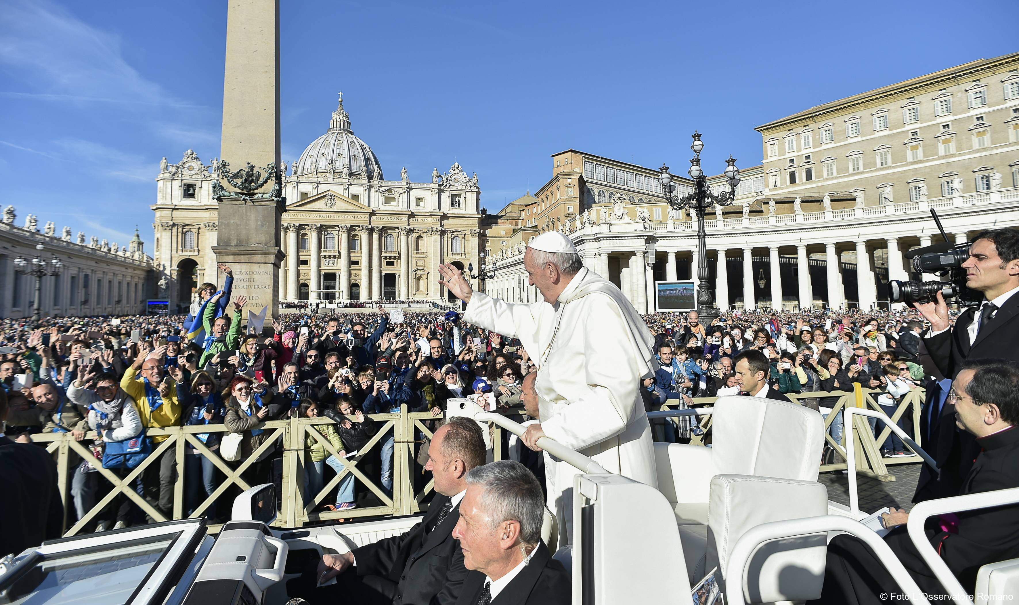 Francisco en la Plaza de San Pedro saluda a los fieles (Foto Osservatore © Romano)