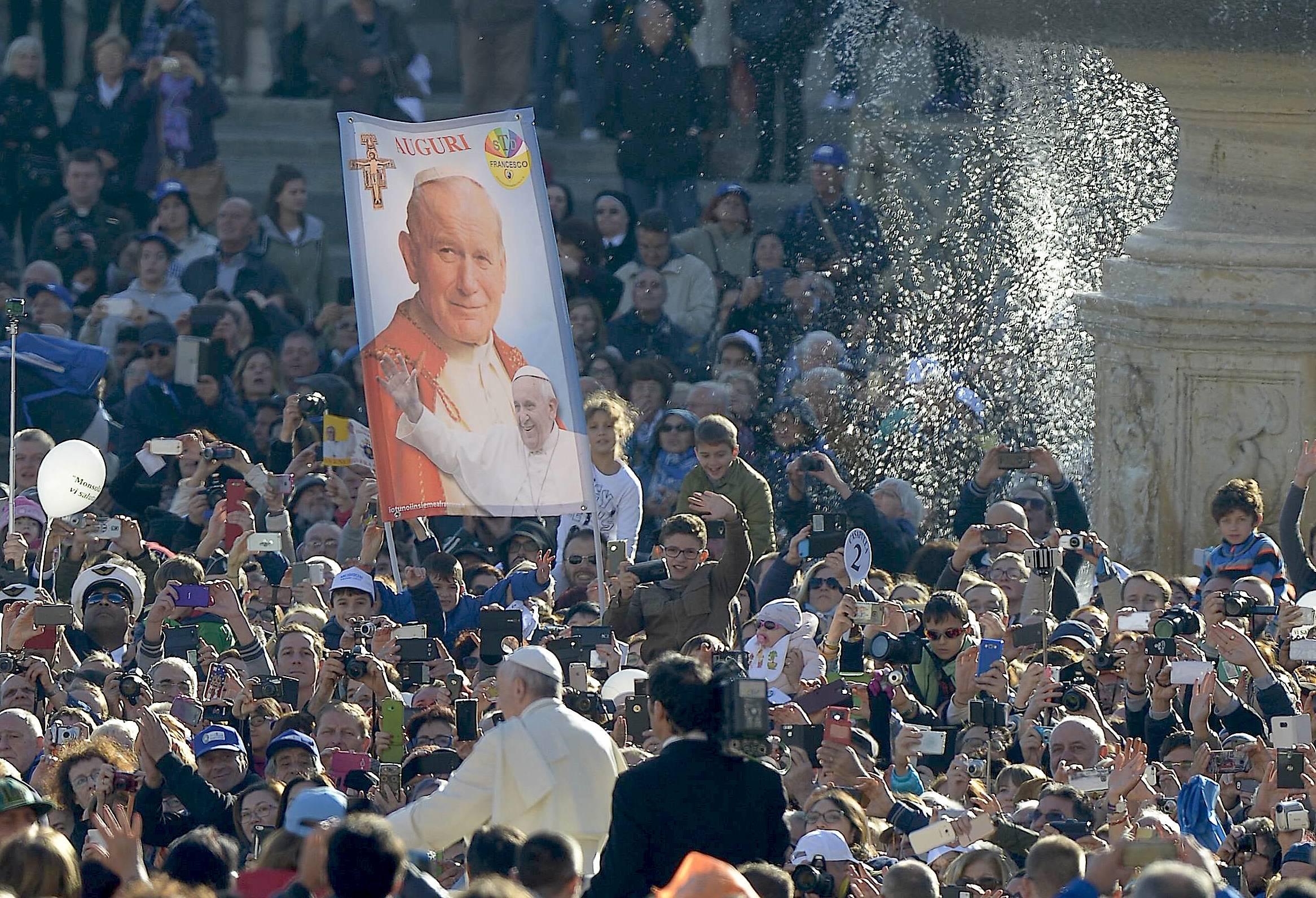 Francisco en la Plaza en el día de san Juan Pablo II (Foto Osservatore © Romano).