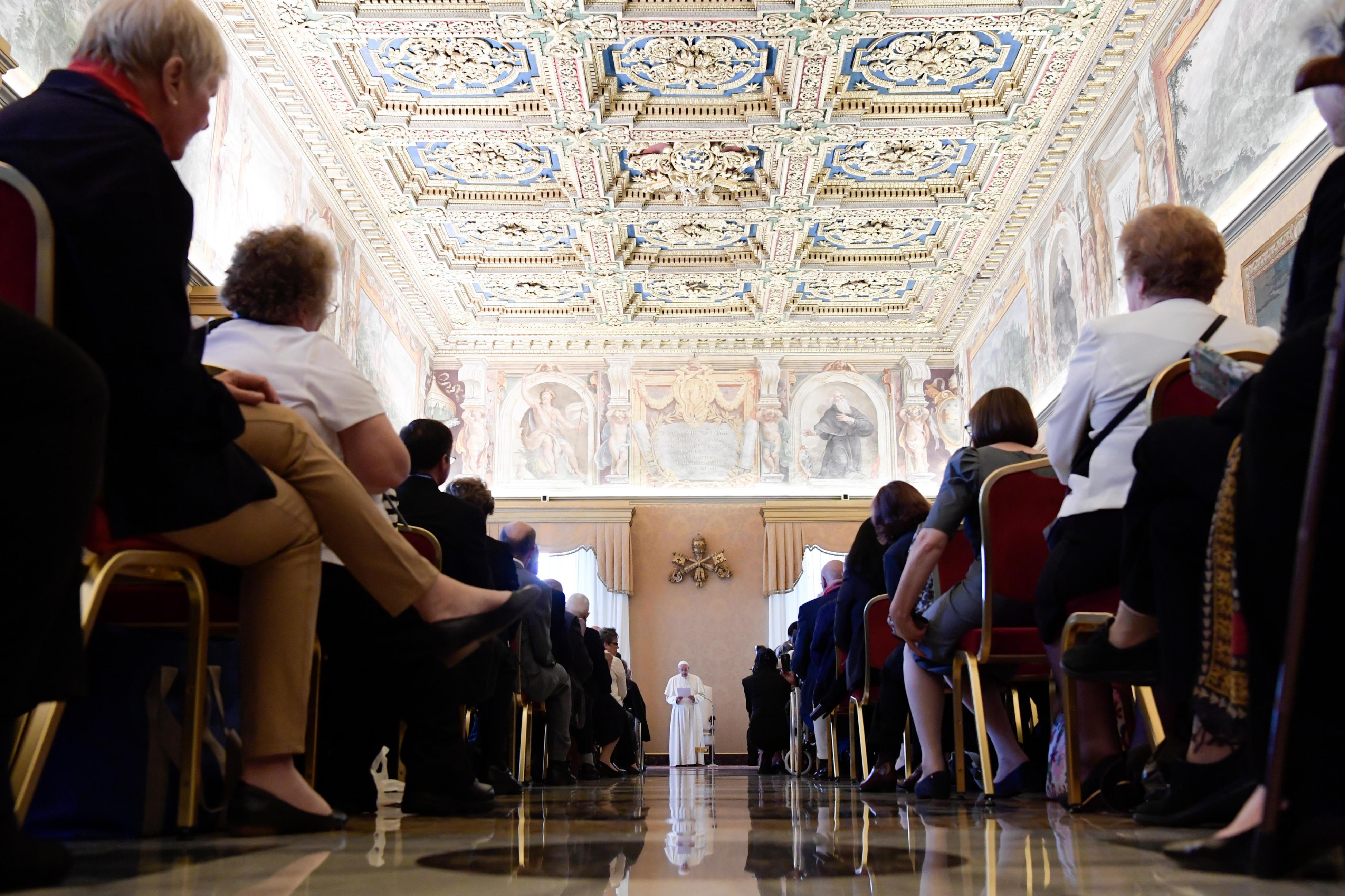 El Papa con los integrantes de la Fundación Juan Pablo II (Foto Osservatore © Romano)