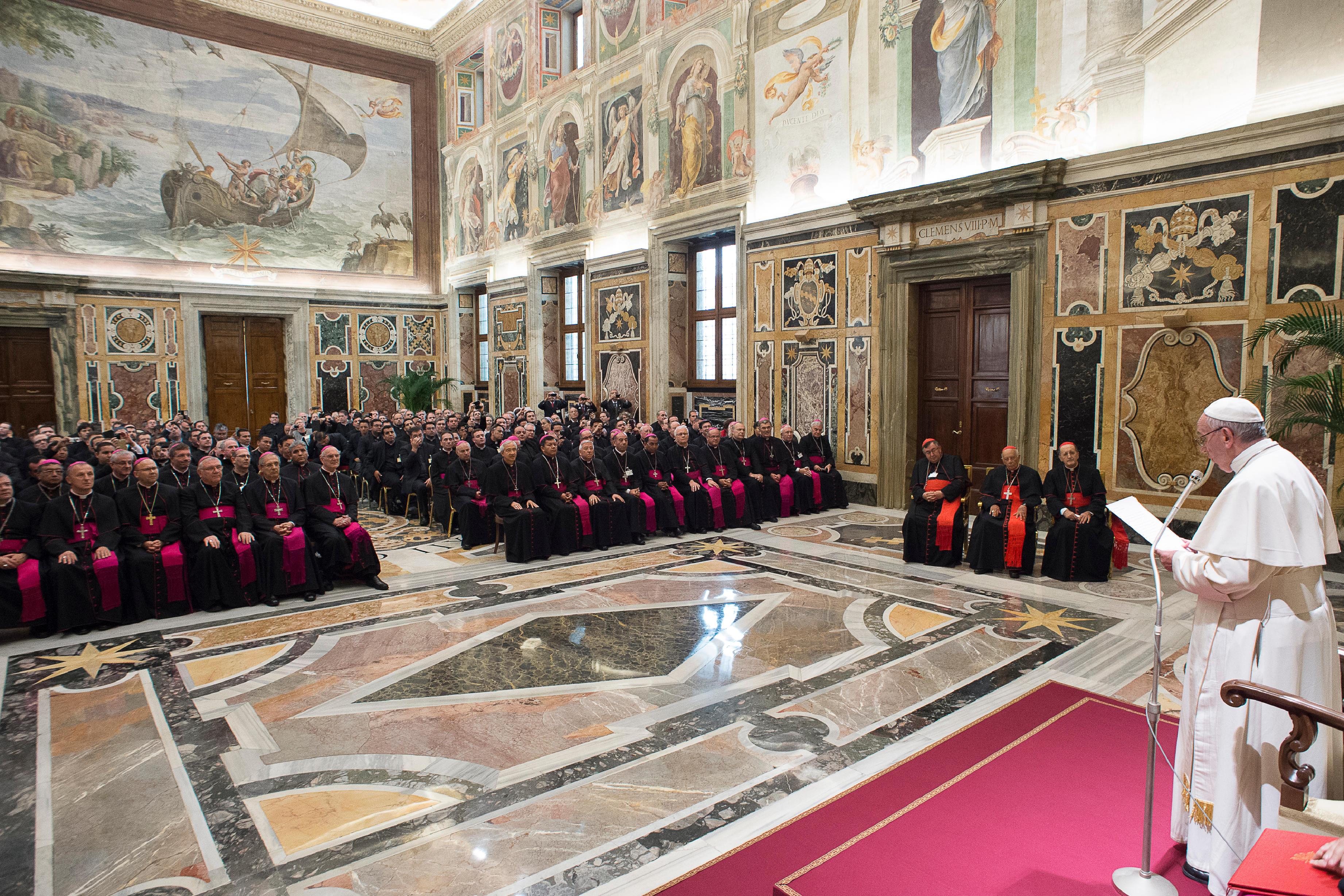 El Papa con los participantes al convenio sobre las vocaciones (Osservatorio © Romano).jpg