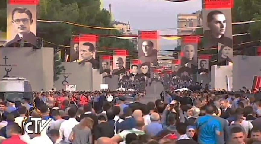El viaje del papa a Albania. Gigantografías de los mártires
