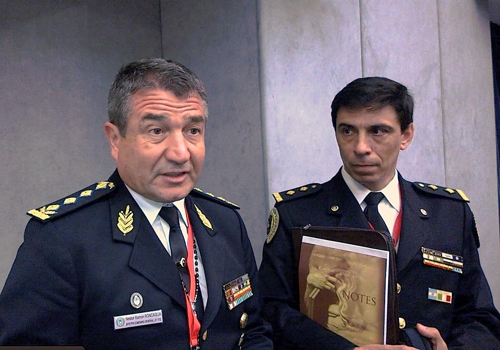 El Jefe de la Policía Argentina, Nestor Roncaglia y el comisario Pablo Bruni, en la Sala de prensa del Vaticano (Foto ZENIT cc)